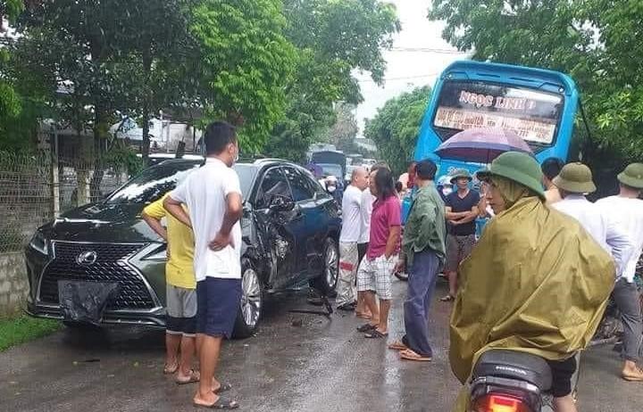 Hiện trường vụ tai nạn xe Lexus RX với xe khách ở khúc cua tại Thái Nguyên