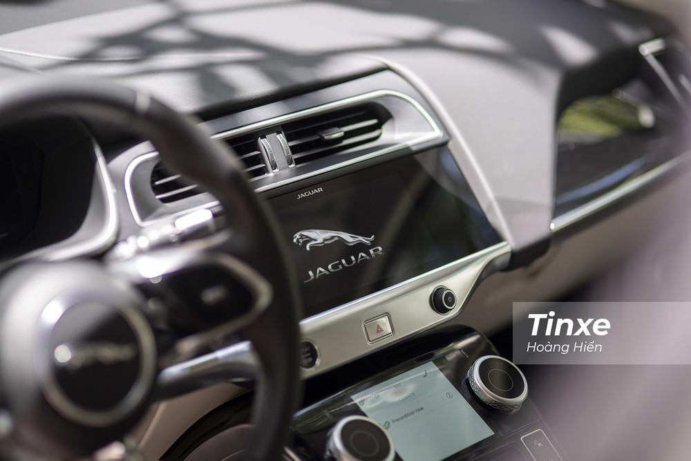 Ở vị trí trung tâm là màn hình cảm ứng mang công nghệ PIVI Pro.