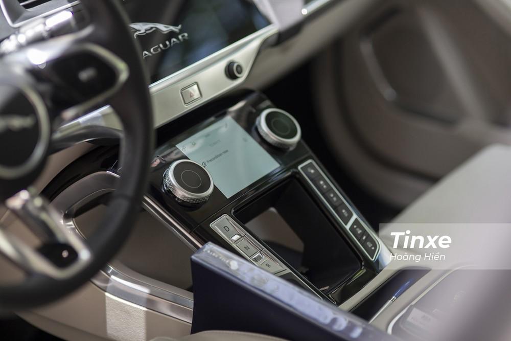 Ở bệ tài tay trung tâm, Jaguar i-Pace có thiết kế mới.