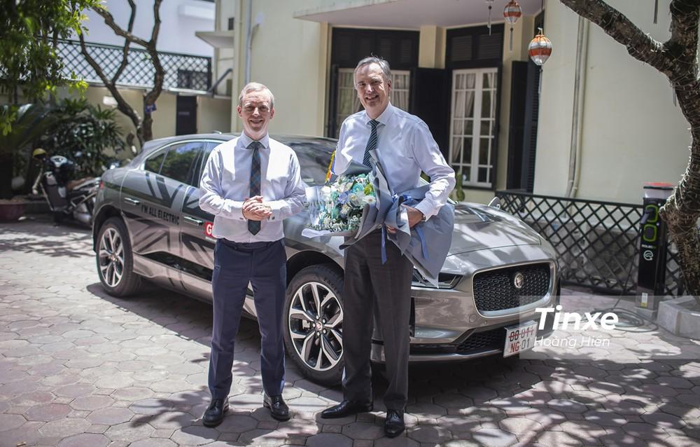 Đại diện Jaguar Việt Nam bàn giao chiếc Jaguar i-Pace cho ngày đại sứ Anh tại Việt Nam.