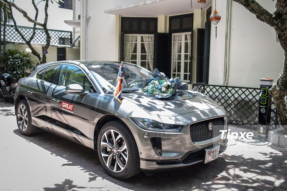 Jaguar i-Pace được trang bị màu sơn ngoại thất độc đáo với dàn tem đậm chất Anh.