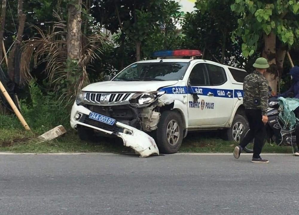 Chiếc xe CSGT nằm bên lề đường sau vụ tai nạn