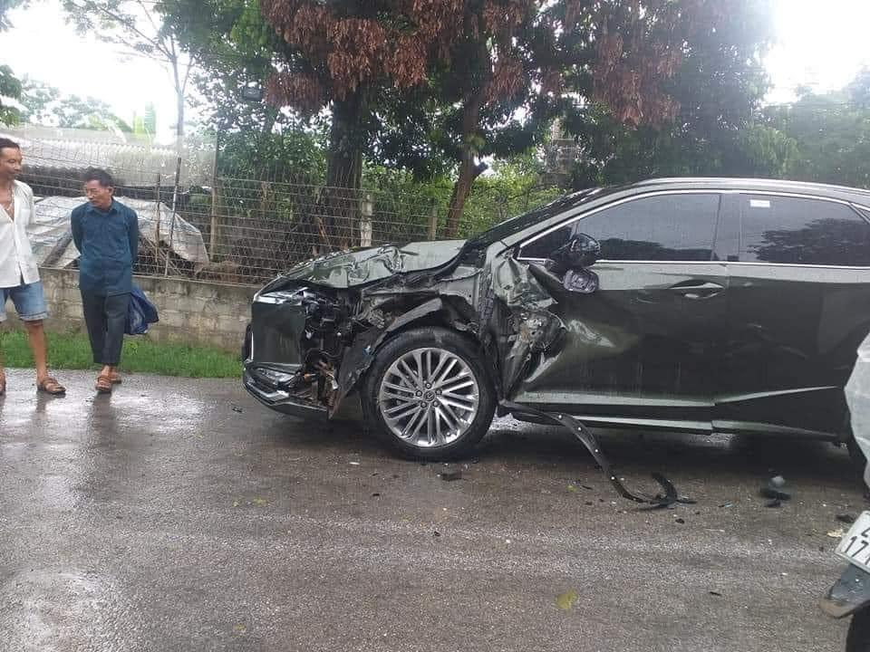 Chiếc Lexus RX bị vỡ nát ở đầu xe và sườn xe sau vụ tai nạn