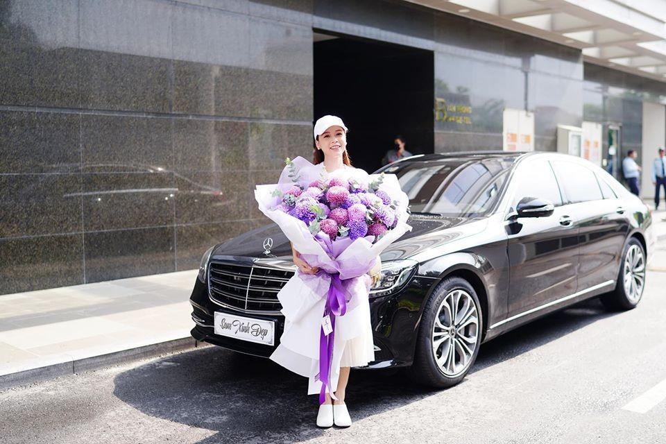 Trước đó cô cũng đã sở hữu cho riêng mình dòng xe sang Mercedes-Benz S450L Luxury