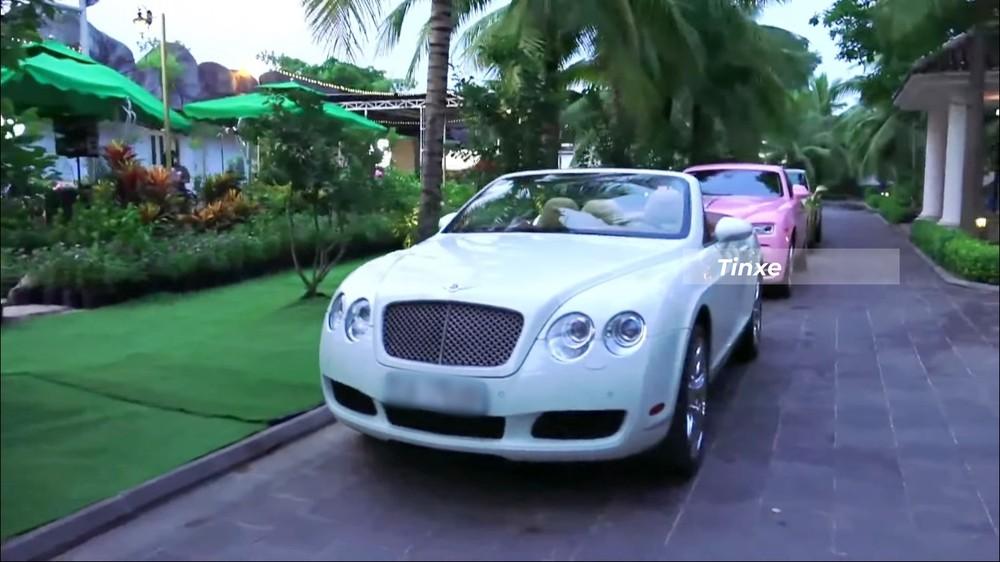 Bentley Continental GTC cùng Rolls-Royce Wraith màu hồng và Bentley Mulsanne EWB màu vàng