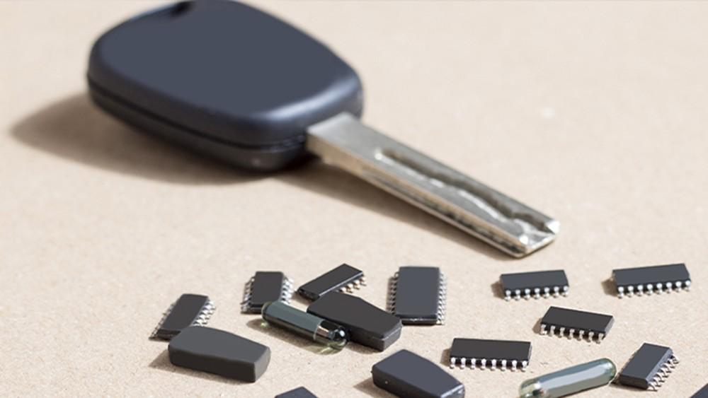 Sau chìa khóa vặn thông thường là những chìa khóa có gắn thiết bị phát tín hiệu
