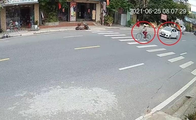 Người phụ nữ đạp xe sang đường lúc chiếc ô tô Hyundai Grand i10 đang chạy đến