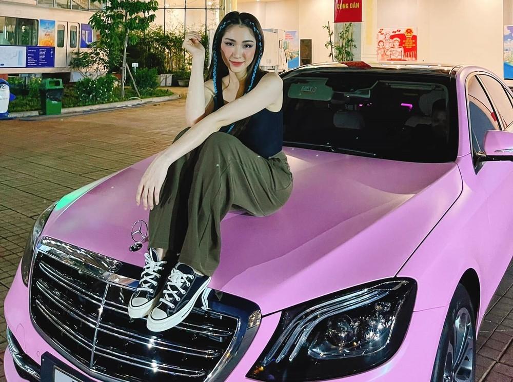 Nữ ca sĩ sau đó thay áo cho xe sang màu hồng