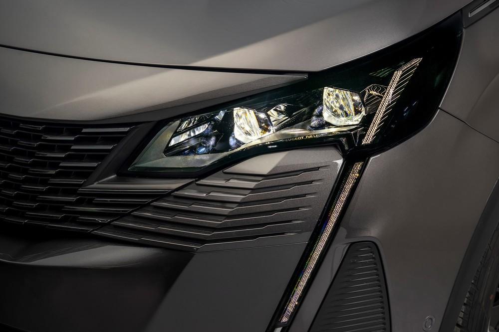 Cụm đèn trước trên bản cao cấp của Peugeot 3008 2021 có tính năng cân bằng góc chiếu tự động.