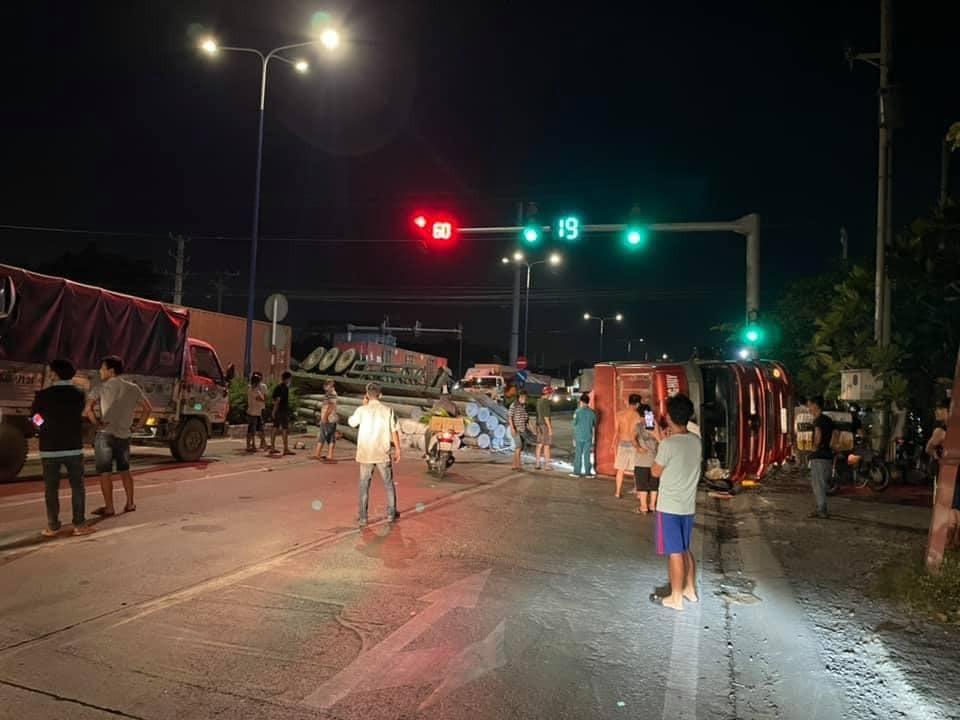 Chiếc xe dầu kéo nằm chắn ngang đường