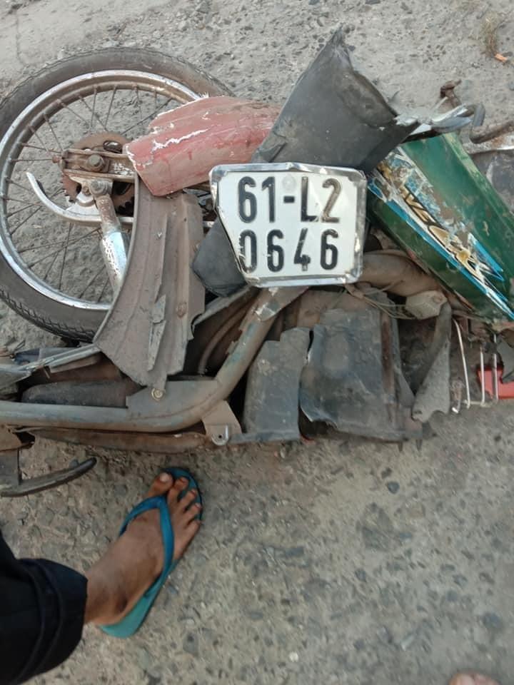 Chiếc xe máy của nạn nhân vỡ vụn sau vụ tai nạn