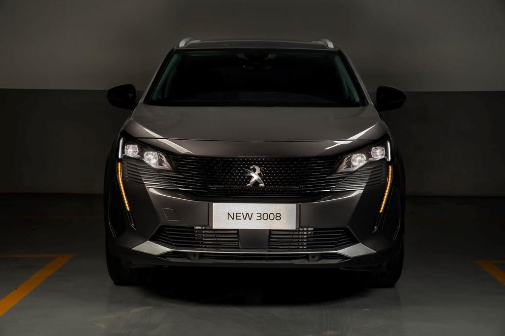 Không còn những đường bo tròn, diện mạo của Peugeot 3008 2021 cứng cáp và khỏe khoắn hơn nhiều so với đời cũ.
