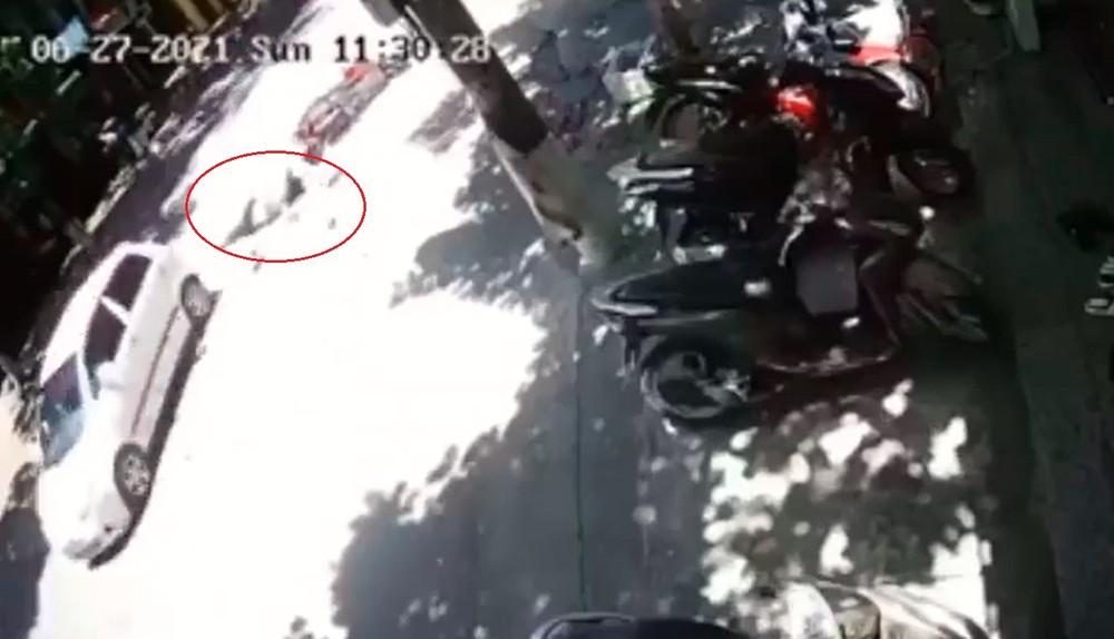 Người phụ nữ đi xe máy ngã xuống đường, bị chiếc ô tô con cán trúng
