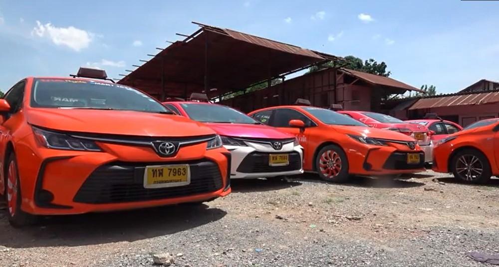 Đại dịch Covid-19 ảnh hưởng mạnh đến ngành du lịch Thái Lan khiến những chiếc taxi này bị bỏ không