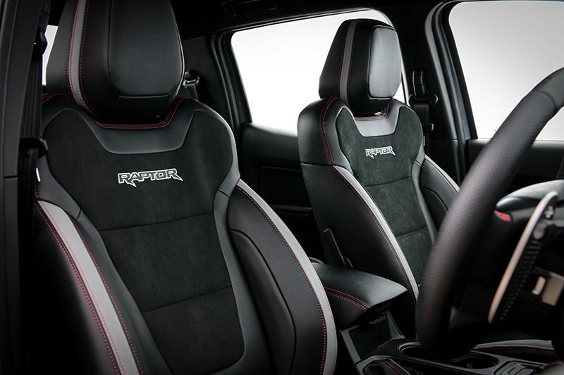 Ghế của Ford Ranger Raptor X 2021 phối màu đen và ghi sáng