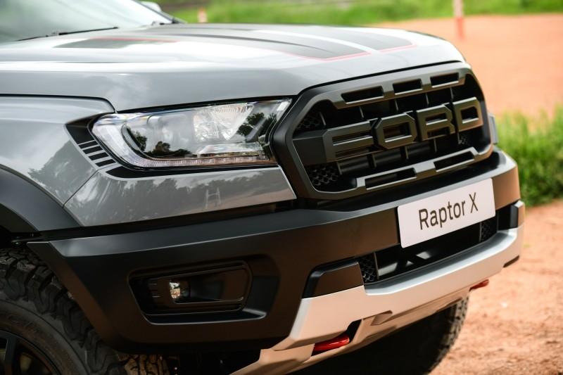 Ford Ranger Raptor X 2021 có nhiều chi tiết ngoại thất sơn màu đen