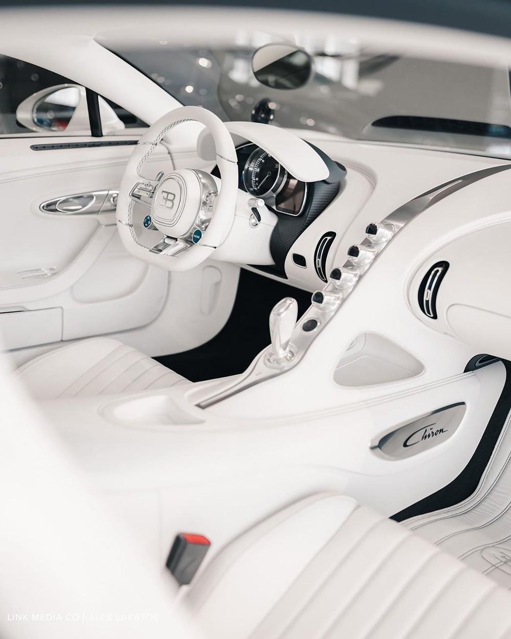 Nội thất của chiếc Bugatti Chiron cũng được bọc da màu trắng muốt