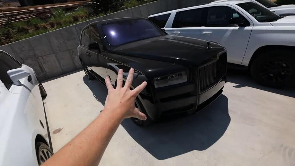 Cặp đôi xe siêu sang Rolls-Royce nằm ngoài trời của Post Malone