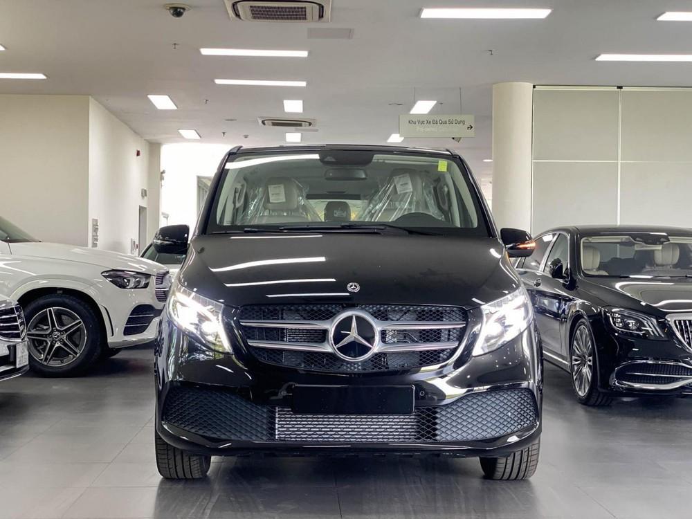 Chiếc xe Mercedes-Benz V-Class màu đen này được Cường Đô-la mua tặng cho Subeo