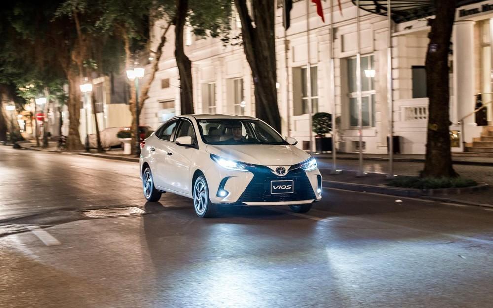 Toyota Vios 2021 là bản nâng cấp giữa vòng đời với thiết kế ngoại thất thay đổi nhẹ cùng một số nâng cấp nhẹ về trang bị.