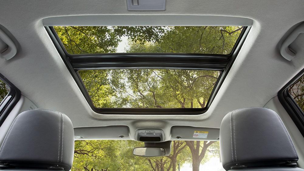 Cửa sổ trời toàn cảnh của Chevrolet Tracker 2021