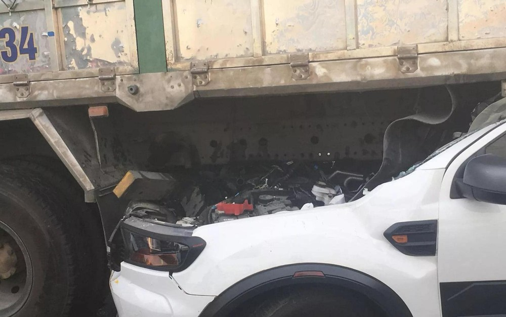 Chiếc Ford Ranger rúc đầu vào gầm ô tô tải