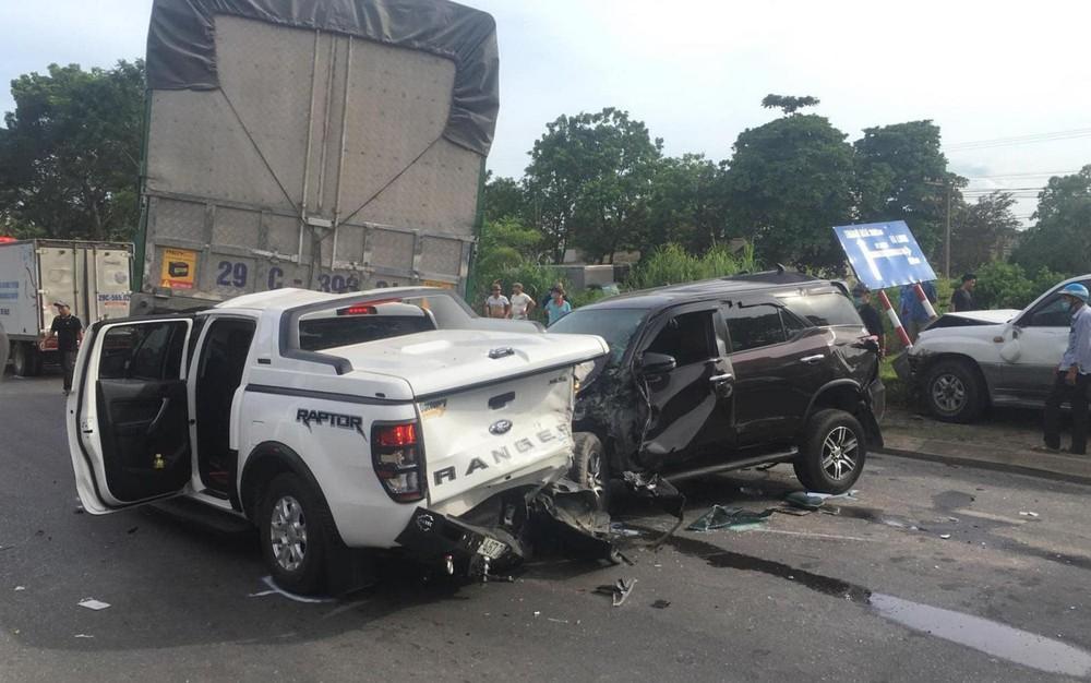 Chiếc Toyota Fortuner va chạm với chiếc Ford Ranger