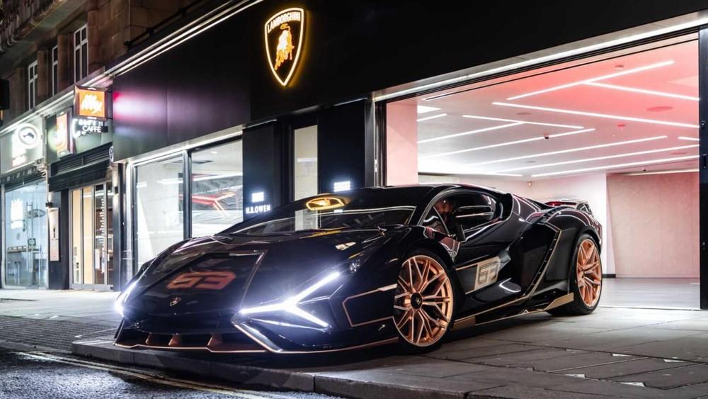 Còn chiếc siêu xe Lamborghini Sian này có màu đen với điểm nhấn là nhiều chi tiết sơn màu vàng đồng