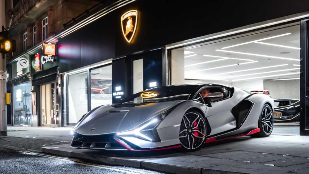 Siêu phẩm Lamborghini Sian màu bạc với viền đỏ ở Anh