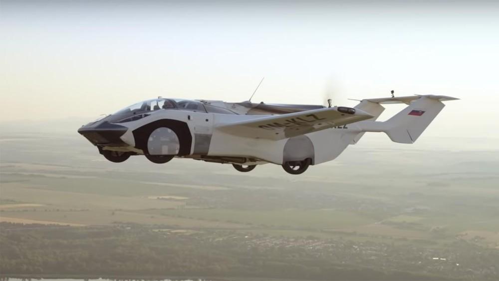 Hình ảnh xe bay AirCar trên không trung