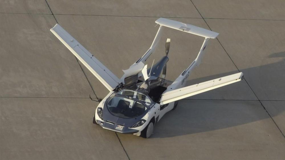 Hai cánh bên và đuôi của AirCar có thể thu gọn lại