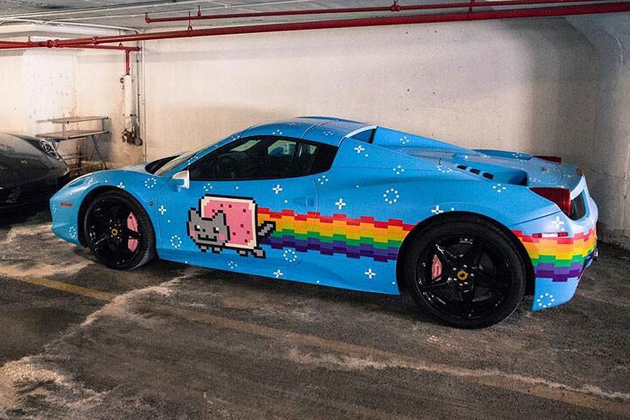Chiếc Ferrari 458 Spider dán đề-can hình chú mèo Nyan Cat của Deadmau5