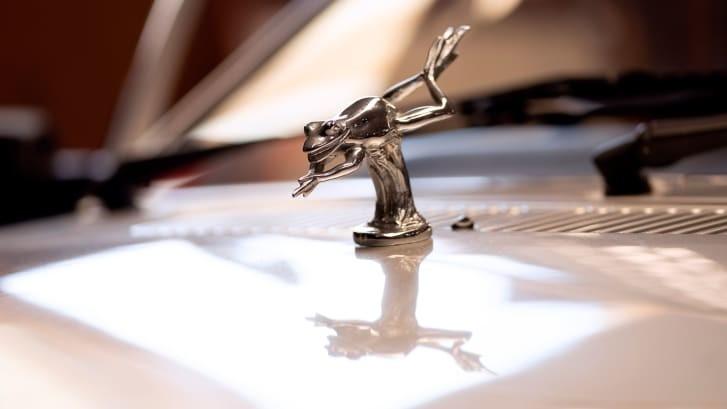 Biểu tượng con ếch màu bạc trên nắp ca-pô của chiếc Ford Escort Ghia