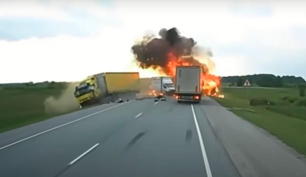 Chiếc xe van bốc cháy sau khi va chạm liên hoàn với 2 ô tô tải