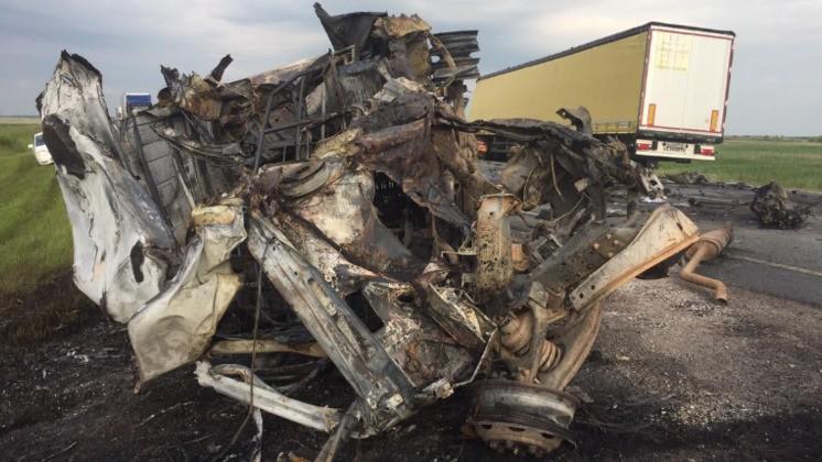 Chiếc xe van biến dạng hoàn toàn sau vụ tai nạn