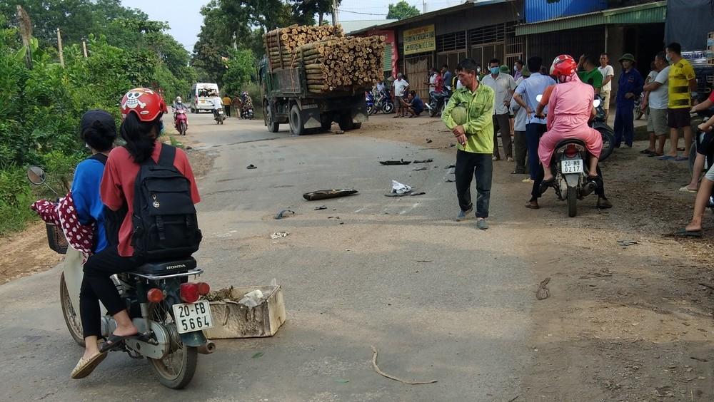 Những mảnh vỡ của xe máy cùng yên xe nằm rải rác dưới mặt đường
