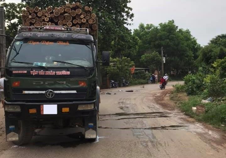 Hiện trường vụ tai nạn giữa xe tải chở gỗ và xe máy ở Thái Nguyên