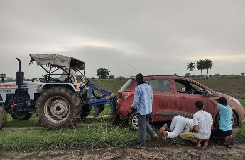 Chiếc máy kéo phải mất vài tiếng đồng hồ để giải cứu chiếc Hyundai i10