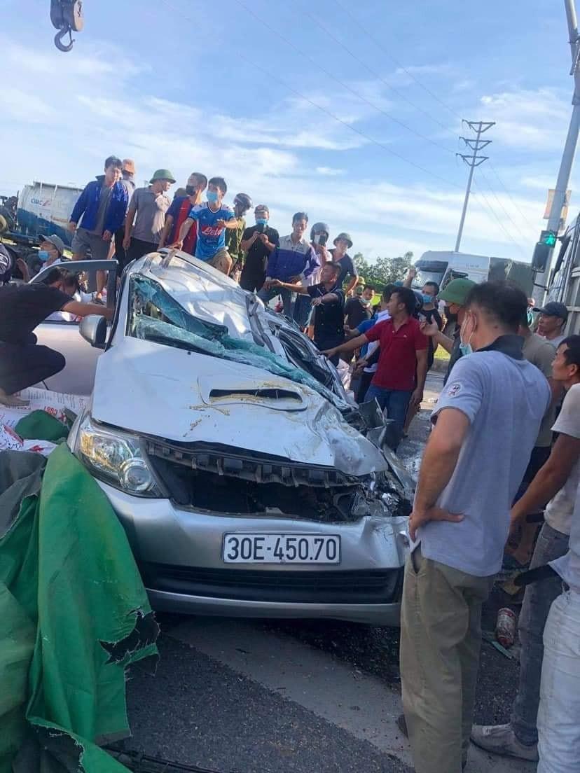 Chiếc Toyota Fortuner bẹp dúm sau vụ tai nạn liên hoàn