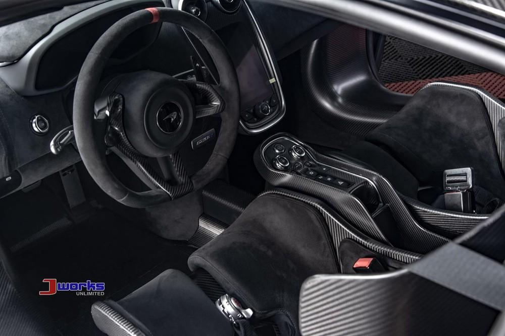 Khoang lái siêu xe McLaren 620R