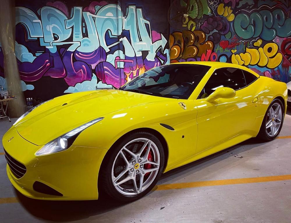 Siêu xe mui trần Ferrari California T lúc đóng mui