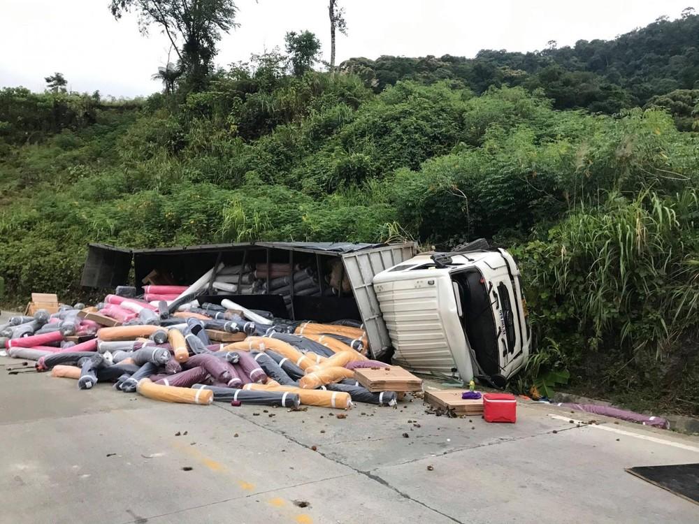 Chiếc ô tô tải bị lật sau khimất phanh trên đèo Lò Xo