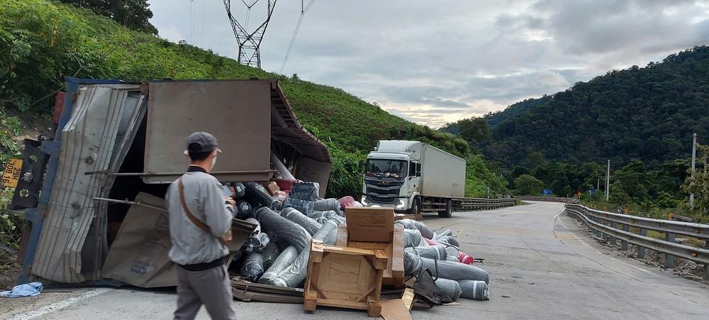 Hàng hóa trên chiếc ô tô tải tràn ra mặt đường sau vụ tai nạn