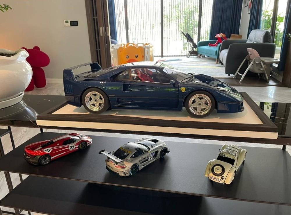 Hình ảnh dàn xe mô hình của Cường Đô-la với điểm nhấn là Ferrari F40 màu xanh có tỷ lệ 1:8