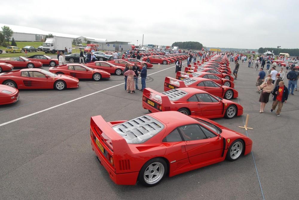 Hàng trăm chiếc siêu xe Ferrari F40 tụ tập cùng nhau