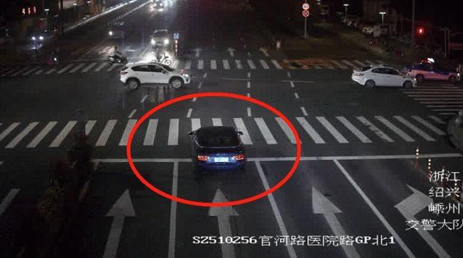 Chiếc ô tô Audi vượt đèn đỏ
