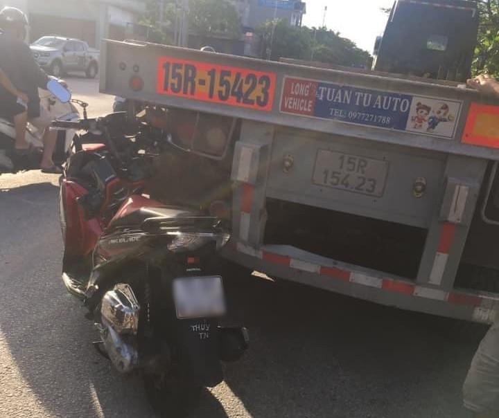 Chiếc xe máy của nạn nhân cắm chặt vào rơ-móoc của xe container