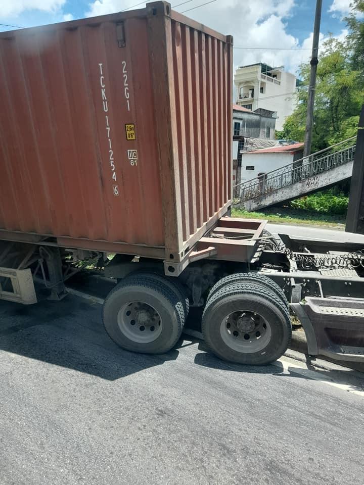 Tài xế xe container được cho là không chú ý đèn giao thông dẫn đến bị bất ngờ khi phát hiện đèn đỏ nên cho xe container phanh gấp, xe lao qua dải phân cách