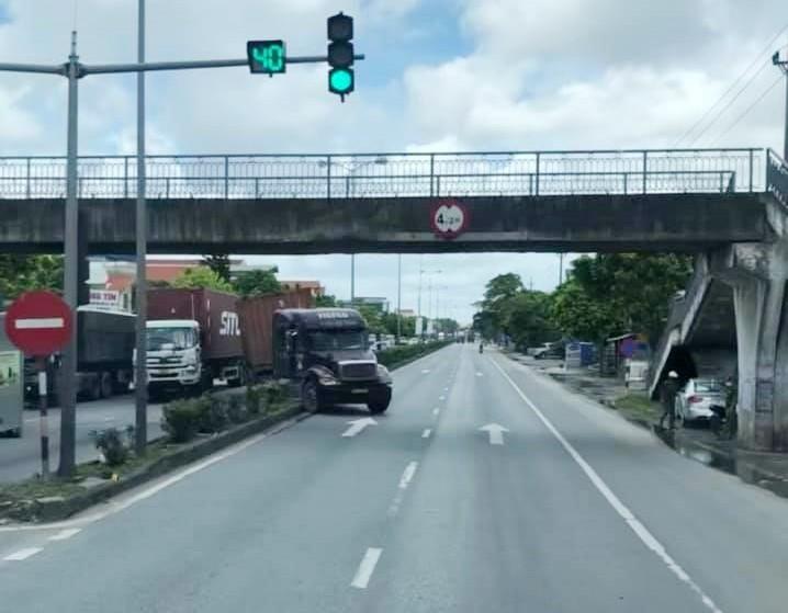 Hiện trường vụ tai nạn xe container lao lên dải phân cách ở 1 ngã tư đèn xanh đèn đỏ