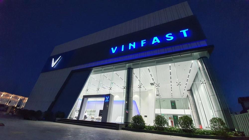 """Vào buổi tối, logo và cái tên """"VinFast"""" bên ngoài showroom sẽ hiện đèn sáng xanh dương khá bắt mắt."""